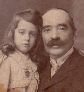 Theodoro Marinho com a sua neta Branca ao colo
